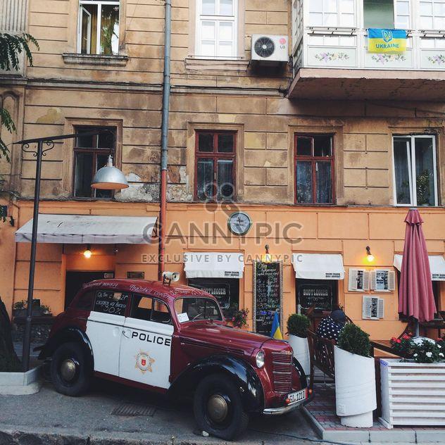 Altes Auto in der Nähe von Café im freien - Free image #136191