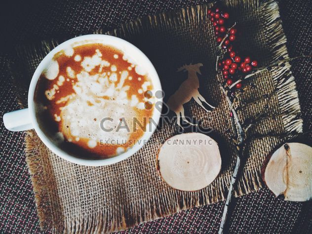Чашка кофе и ветви с красными ягодами на увольнение - бесплатный image #136261