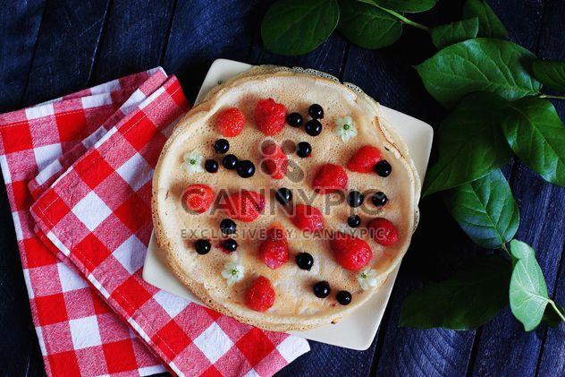Panqueques con fresas, cuadros del paño de cocina y planta - image #136461 gratis