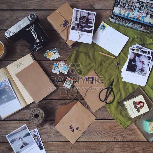 Cartes postales, enveloppes et vieille caméra - image gratuit #136491