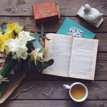 Books, flowers and cup of tea - image #136541 gratis