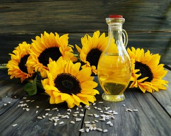sunflower oil with sunflower seeds and flowers - image #136651 gratis