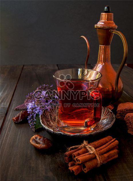 Xícara de chá com biscoitos, canela e datas - Free image #136681