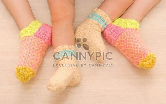 Niños en calcetines calientes, dos hermanas -  image #182641 gratis