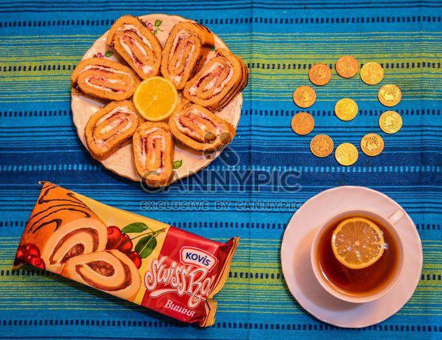 Rouleaux de Sweet, tasse de thé et de pièces de monnaie - Free image #182821