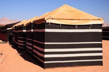 Black tents in desert - image #182871 gratis