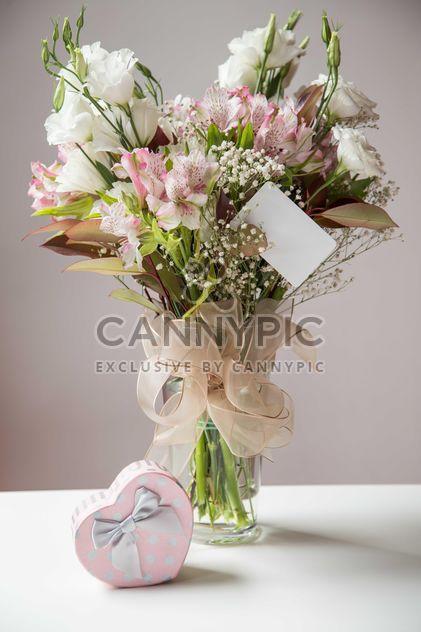Цветы и подарок на столе - бесплатный image #182921