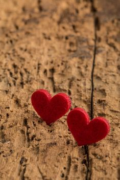 Red hearts on wood - image gratuit #182981