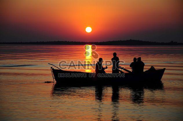 Люди в лодке на море - бесплатный image #183051