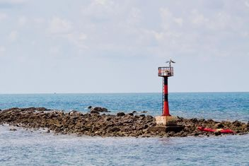Lighthouse on rocks - image #183441 gratis