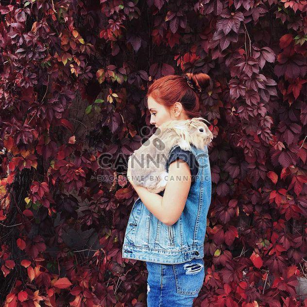 Retrato de niña de pelo rojo con conejo - image #183641 gratis