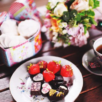 Strawberries and candies on plate - image #184091 gratis