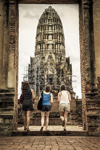 Vista traseira das mulheres na frente do templo - Free image #184181