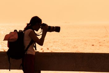 Woman photographing sea - image #184451 gratis