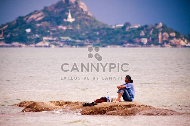 Одинокий человек, сидящий на скалах - бесплатный image #185641