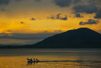 Sunset silhouette of kids in the boat - image #186431 gratis