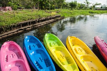 Colorful kayaks on lake - image #186531 gratis