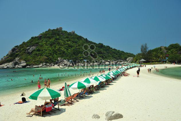 Люди под зонтиками на пляже - бесплатный image #186561
