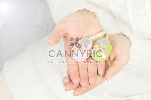 Sapatinhos de bebê está nas mãos de mulher - Free image #186721