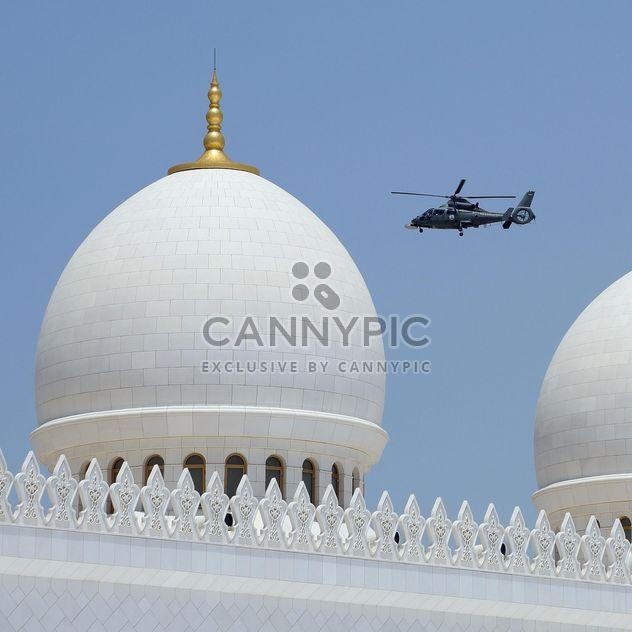 Купола мечети Шейха Заида и патрульный вертолет - бесплатный image #186781