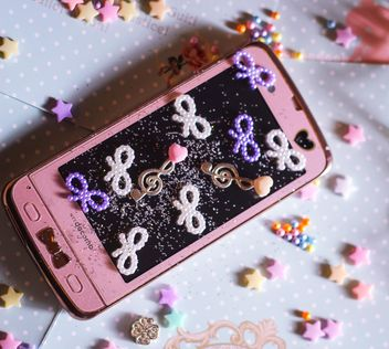 pink phone and beads - image gratuit #187271