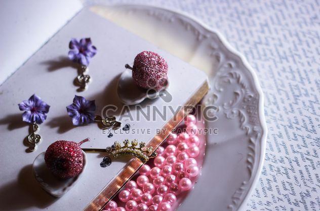 grânulos de cor de rosa na placa e jóias nele - Free image #187281