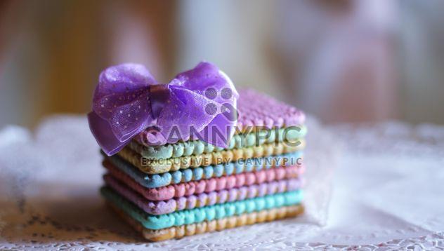 Galletas de colores con un lazo morado - image #187411 gratis