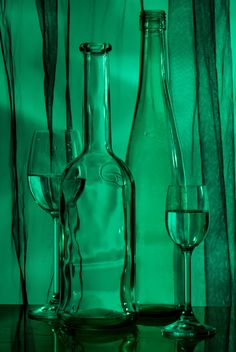 Goblets and bottles on green background - image #187731 gratis