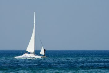 Sailing boat in sea - image #187751 gratis