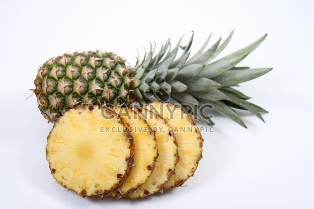 Ananas entières et tranchées sur fond blanc - image gratuit(e) #187801