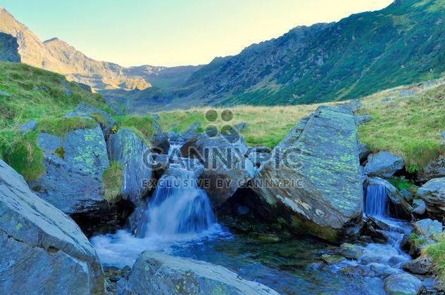 Kleiner Wasserfall im Bergfluss in Karpaten Bergen - Kostenloses image #198181