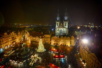 square with Christmas tree at night in czech republic,Twin towers of Tyn cathedral in Prague, - image #198641 gratis