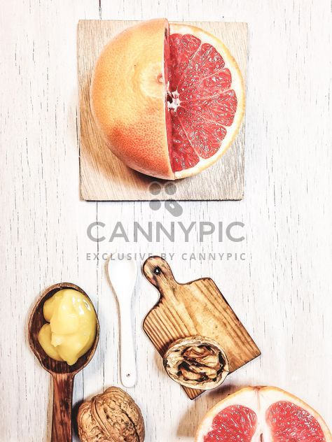 Pamplemousse, noix et planche à découper - image gratuit #199001