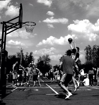 Men playing street basketball - image gratuit #200681