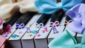 Bows Of Beads On The Piano - image gratuit #200991
