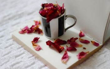 Rose leaves in cup - image #201131 gratis