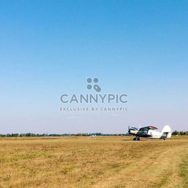 Small plane in the field - Free image #271661