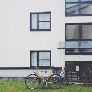 Yellow bicycle near building - image gratuit #271671