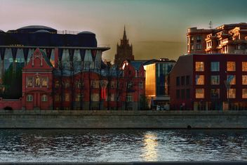 Architecture on waterfront of river at sunset - Kostenloses image #271981