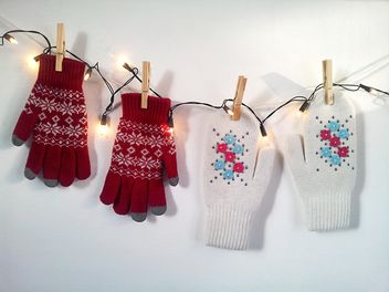 Woolen mittens hanging on rope with clothespins - image #272301 gratis