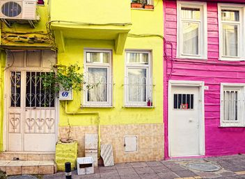 Colorful houses in street of Istanbul - image gratuit #272341