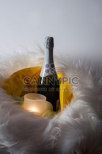 Бутылка шампанского и свеча в меха - бесплатный image #272531