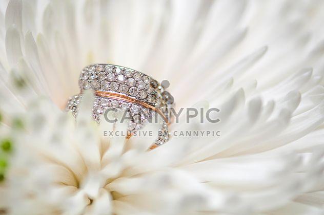 Обручальное кольцо в цветок - бесплатный image #272571