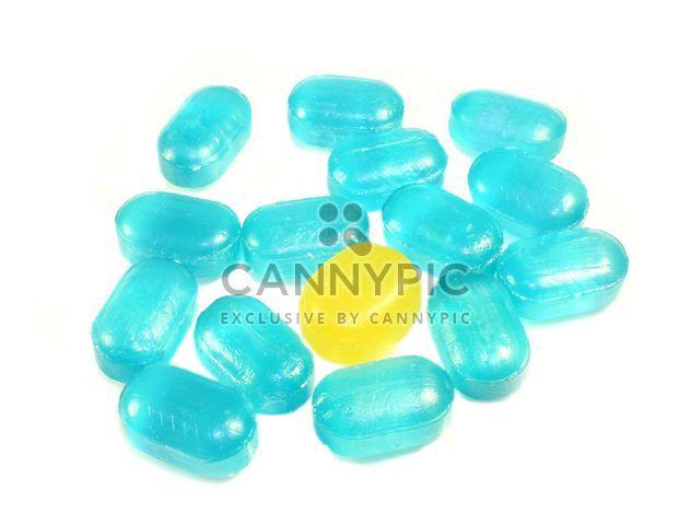 Caramelos azules y amarillos sobre un fondo blanco. #goyellow - image #272601 gratis