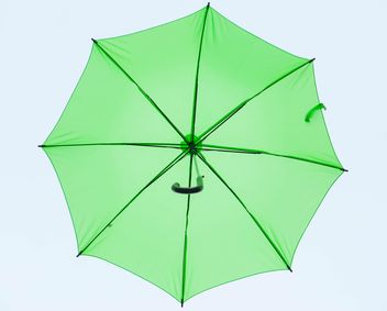 Green umbrella hanging - image #273061 gratis