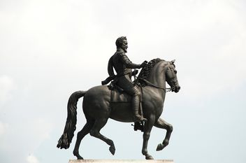Statue of knight on horseback - image #273211 gratis