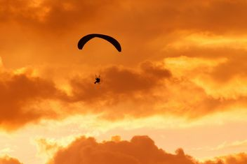 Parachute on the storm sky - image #273681 gratis