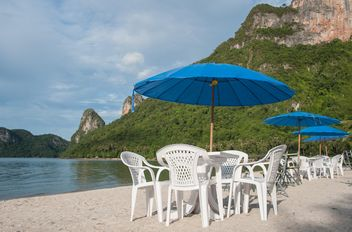Tables and chairs on beach - image gratuit(e) #275101