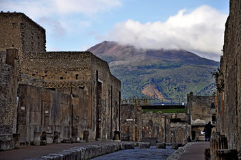 Pompeii; via di Mercurio with Mount Vesuvius - Kostenloses image #286551