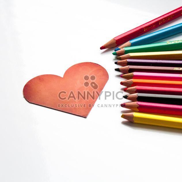 Coeur rouge en forme de carte et crayons - Free image #301361